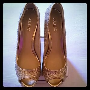 """Gorgeous, """"all that glitters is gold"""" pumps!"""